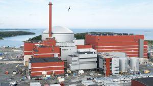 Olkiluodon rakenteilla oleva ydinvoimala.