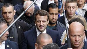 Ihmisiä vaalitilaisuudessa, edessä Ranskan presidentti Emmanuel Macron, jonka takana Benalla seisoo.