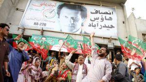 PTI:n kannattajat juhlivat kadulla Hyderabadissa.