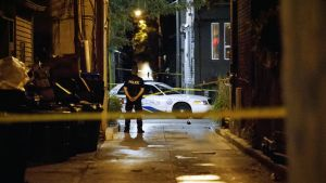 Poliisi vartioi rikospaikkaa.