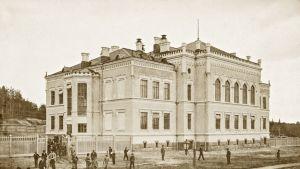 Jyväskylän Lyseon vuonna 1902 valmistunut koulurakennus Yliopistonkadun varrella.
