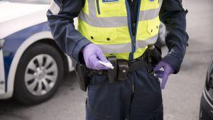 Poliisilla kädessään pikahuumetesti.