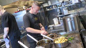 Huippukokki Arto Rastas tekee ruokaa Periscope-ravintolan keittiössä Tampereella.