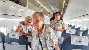 Lempi Meskus lentokoneessa ensimmäistä kertaa.