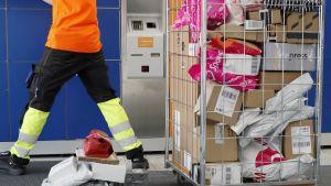 Postin työntekijä pakettiautomaatilla.