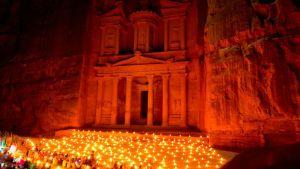 Petran kaupunki Jordaniassa valaistuna.