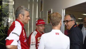 Ferrarin tallipäällikkö Maurizio Arrivabene (vas.), Kimi Räikkönen, Sebastian Vettel ja Ferrarin pääjohtaja Sergio Marchionne Monzan osakilpailussa vuonna 2015.