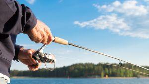 mies kalastaa