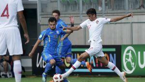 Ukrainan Serhi Buletsa ja Portugalin Trincao Francisco pallon tavoittelussa.