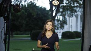 Kaitlan Collins raportoimassa Valkoisen talon edustalla 25. heinäkuuta.