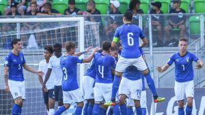 Italian U19-joukkue juhlii maalia.
