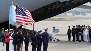 Yhdysvaltalaissotilas kantoi laatikkoa, jossa on Korean sodassa vuosina 1950–1953 kuolleiden amerikkalaissotilaiden jäänteitä Osanin lentotukikohdassa noin 70 kilometrin päässä pääkaupunki Soulista.