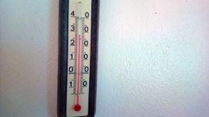 Lämpömittari seinällä näyttää 28 astetta.
