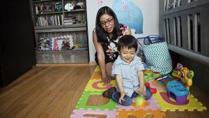 Mariana Morales lapsen kanssa.