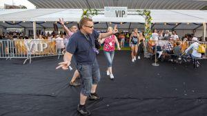 Janne Paananen, Harri Nummelin ja Teija Manunen olivat tyytyväisiä VIP-passilla saataviin palveluihin Kuopiorockissa.