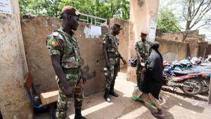 Malilaiset sotilaat äänetyspaikan portilla.
