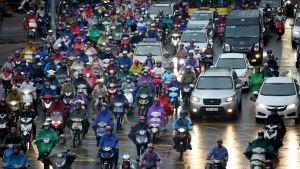 Liikenneruuhkaa Vietnamin pääkaupungissa Hanoissa.
