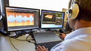 Keskusrikospoliisin äänitutkija käyttää rikostutkinnassa käytettävää ääniohjelmaa KRP:n päämajassa Vantaan Jokiniemessä