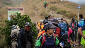 Maanvyörymien vuoksi jumiin jääneet kiipeilijät pääsivät alas tulivuorelta omin jaloin.