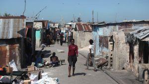Köyhien ihmisten asuinaluetta kuvattuna Haitin pääkaupungissa Port-au-Princessa vuonna 2012.