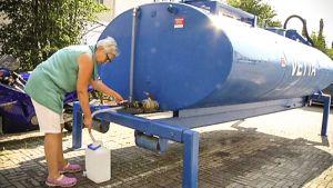 Vedenjakelupisteellä Naantalissa asioinut Tuula Honkanen oli erityisesti huolissaan vanhusten selviämisestä helteen keskellä. Hän oli toimittanut juomavettä mm. omalle äidilleen.