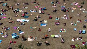 Ihmisiä ottamassa aurinkoa Prahassa, Tšekin tasavallassa, 31. heinäkuuta 2018.