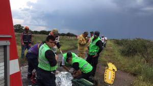 Lento-onnettomuudessa loukaantuneiden auttamista Meksikossa.