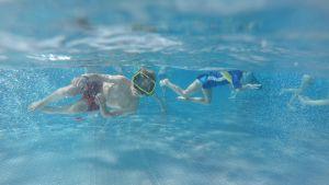 Lapset uivat veden alla Tampereen maauimalassa