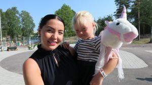 Kotkalainen Niina Utter ja tytär Ellen Löyttynen