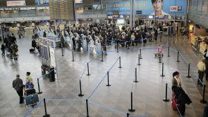Matkustajia Helsinki-Vantaan lentoasemalla.
