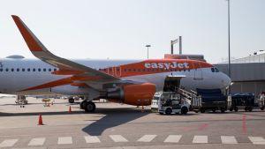 Halpalentoyhtiö EasyJetin lento lähdössä Helsinki-Vantaalta Berliiniin.