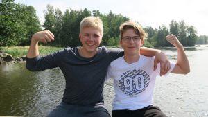 Eetu Laurinantti (vas.) ja Otto Huttunen pelastivat naisen virtaavasta Kymijoesta.