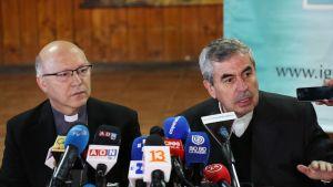 Piispa Santiago Silva ja piispa Santiago Fernando Ramos lehdistötilaisuudessa Chilessä.