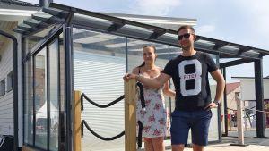 Anniina Nurminen ja Johan Saarni messutalonsa terassilla.