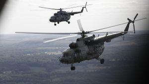 Kaksi helikopteria ilmassa