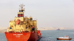Luotsi nousee tankkeriin Suezin kanavalla.