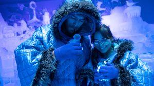 Pariskunta joi drinkkejään Angiyok-nimisessä jääbaarissa Berliinissä, Saksassa 1. elokuuta. Baarissa on n. kymmenen astetta pakkasta.