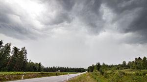 Tummat pilvet roikkuvat raskaina taivaalla.