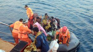 Ihmisiä nousemassa pelastusveneistä
