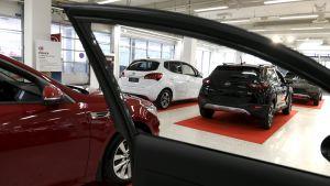 Autoja autokaupassa.