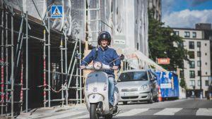 Mikael Jungner ajaa skootterilla.