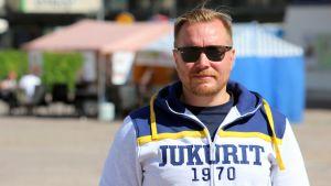 Jukureiden päävalmentaja Pekka Kangasalusta Mikkelin torilla.