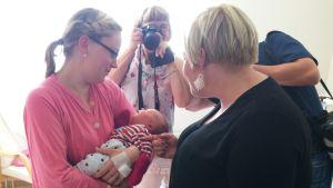 Ministeri Annika Saarikko vierailulla Länsi-Pohjan keskussairaalassa.