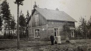 Eeva-Liisa Polso adoptiovanhempiensa kanssa Vetelissä.