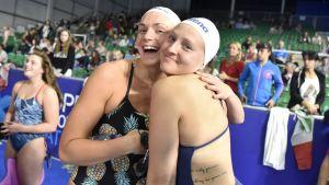 Jenna Laukkanen ja Veera Kivirinta poseeraavat altaalla uinnin EM-kilpailuissa Glasgowssa.