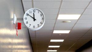 Kello koulun seinällä.