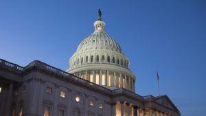 Yhdysvaltain kongressi kokoontuu Capitol-rakennuksessa Washingtonissa.