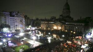Tuhannet argentiinalaiset olivat kokoontuneet kongressitalon ulkopuolelle odottamaan senaatin päätöstä.