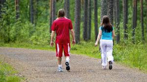 Pariskunta lenkillä.