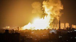 Gazassa palaa Israelin ilmaiskun jälkeen